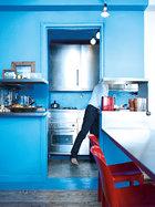 主人推倒两面墙,将厨房做成了独具匠心的十字造型。
