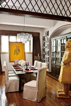 餐厅的装饰色调延续了客厅的金色。