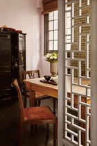 """小餐桌是Cezary小时候家里用的,是这个家唯一的一件""""传家宝""""。"""