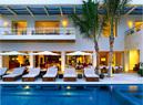 辛迪家的户外阳台挨着露天泳池,泳池的景观设计由Mia Lehrer+Associates完成。