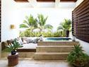 克鲁尼的主浴室自带阳台,阳台上还设置有一个洞石按摩浴缸,浴缸的内部都用蓝色马赛克瓷砖贴面,营造出碧蓝海水的感觉。浴缸边上安放的落地灯具来自 Casamidy。
