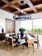餐厅里的铁吊灯来自Lucca Antiques。而克鲁尼本人则尤其爱这张配有圆转盘的餐桌。