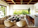 好客的克鲁尼需要尽量宽敞的起居空间和吧台区,宾朋盈门、乐满人间的情景正是他最大的安慰!克鲁尼的吧台区,定制组合沙发的面料来自Ralph Lauren Home,复古绒面沙发椅显得懒散而俏皮。酒吧座椅是在当地定制和制作的。