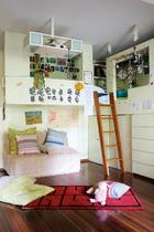 三个女儿的卧室共享一间,周末一家人在此看电影度过美好时光。