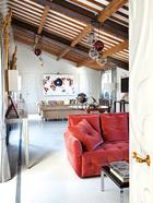 """起居室全景:Cappellini出品的Meltdown吊灯,是最近才进入这个家的。""""整个灯体均由慕拉诺岛的玻璃制成,是品质和品位的完美融 合。""""Matteo说。"""