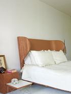 卧室里的双人床和床头桌也都由Autoban设计。