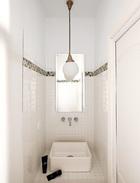 主人受到一则广告上Andrée Putman厕所设计的启发打造了这个卫生间,使用了Discesur的瓷砖和Leroy Merlin装饰材料。Villeroy & Bosch的洗脸池和Clever的水龙头购买于SaneamientosPereda,蛋白石玻璃吊灯来自Vintage 4P。