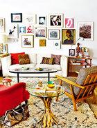客厅里挂着混合各种时代和风格的小尺寸作品。墙上挂的有Hernández Pi Juan 、Susy Gómez和Rafael Cidoncha的画作。还有在Travesía Cuatro画廊购买的Juan de Sande的摄影作品、Ricardo Labougle的摄影作品以及Montse Cuesta自己的摄影作品(来自她的Instagram的芭蕾舞鞋图)。还有在PONCE +ROBLES购买的Darío Urzay、Manuel Ángeles Ortiz、Ramiro Tapia和Pablo San Juan的绘画作品。右边有一幅在TADO购买的上世纪50年代的女人油画肖像。La Tienda De Reforma的沙发上摆放着花毯靠垫和Jonathan Adler的靠垫。一张上世纪50年代的马赛克茶几和右边的双层丹麦桌都是在EL 8购买的。