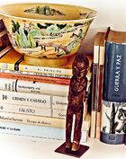 一处细节:中国瓷碗和非洲雕刻。