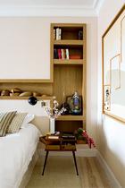 卧室里,床头墙上的架子上放着购于比亚里茨一家老帽子店的模具系列收藏。Jacques Adnet的壁灯和La Recova的床头桌相映成趣。