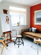 三楼原本是一个露台,主人特意请设计师在这里设置了一个小小的画室,这样她的艺术家朋友们来此小住时就有可以趁兴挥毫的地方了。不过,有这样的壮丽景致在眼前,谁不想用画笔来抒发一下呢?