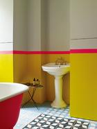 浴缸外面刷了红色亮漆,旁边摆着布鲁塞尔淘来的小桌。
