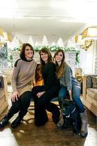 图为Grazia与两个女儿,以及爱犬——斯塔福郡斗牛梗Nox的合影。