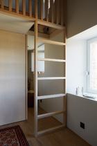 儿童房被设计成一个小复式,一层是玩耍区,二层用来睡觉。