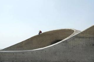 从小爱玩沙子的他,纯手工打造了这座海边美术馆