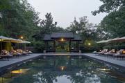 """法云安缦 Amanfayun:这间酒店用""""隐于山谷间的村落""""来表示更为贴切,酒店设施及客舍都随47处庭舍散布于..."""