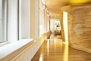 上海斯沃琪和平饭店艺术中心 The Swatch Art Peace Hotel:酒店底层保留了深褐色护墙板和水晶吊灯,大量...