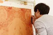 热贡年轻画师都不是僧人,而只是像才让那样想学习绘制唐卡的人。对他们来说,唐卡是一种迷人的绘画艺术形...