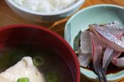 味噌汤和烤鱼也只经过简单烹调,从大海到餐桌的最短路径所保证的新鲜,胜过一切复杂手法。正大啖鱼生时,...