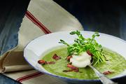 培根青豌豆汤配法式鲜奶油、嫩豆苗