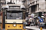 蒙特拿破仑街的尽头是另一条拥挤的交通要道曼佐尼街(Via Manzoni),咯吱作响的黄线电车途经这里,出租...