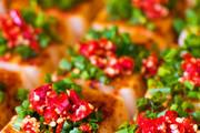 香辣凉糕。凉糕是锦里小吃里最受欢迎的小吃之一,看着美味,闻着香,吃着辣很符合四川人对美食的标准,在...