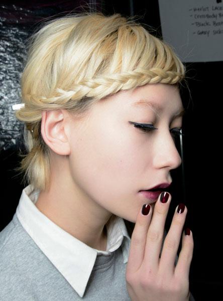 1/3 编刘海 利落的短发将刘海编起来一下就会变得柔美很多,如果是染