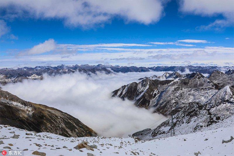 四川黑水达古冰川旖旎的风光。冰清玉洁的达古冰山