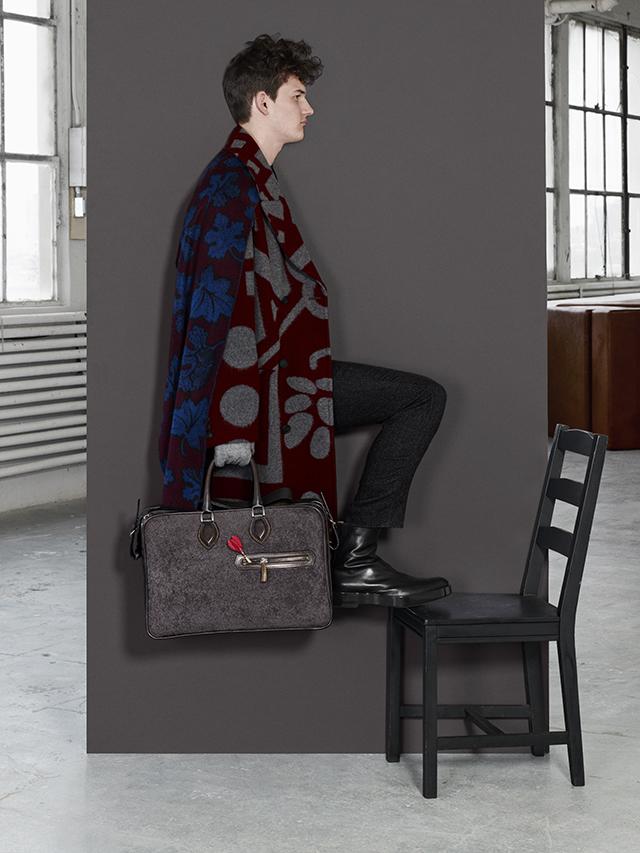 图案大衣 绒长裤 图案围巾 均为 Burberry Prorsum黑色短袖上衣 黑色皮靴 均为 Jil
