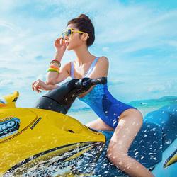 骑摩托艇的女孩