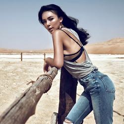 沙漠里的牛仔女郎
