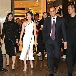刘亦菲白色礼服小露大腿出席活动 网友叹:肤白貌美可是腿有点粗
