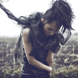 荒野中的黑衣女郎