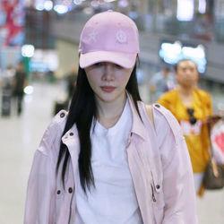 李小璐白Tee+粉色外套甜美叠穿 Vans彩色帆布鞋+顺色棒球帽呼应点缀