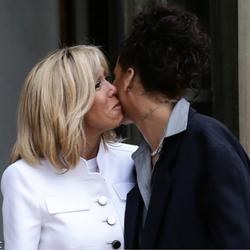 蕾哈娜会见法国总统马克龙 获第一夫人亲自迎接贴面吻
