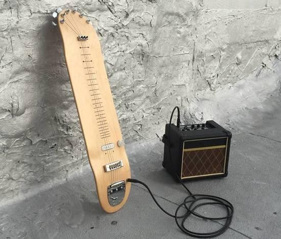 滑板电吉他包括电插孔,调音弦轴,防松螺母等齐全零件,另外还配有一个