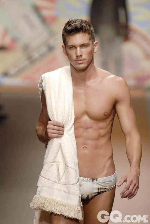 尼克·斯奈德1988年生于美国佛罗里达州中部城市奥兰多,典型的处女座美男,最喜欢坐在海滩边吃麦当劳。目前全球男模排名第21名,是巴黎、纽约、伦敦、米兰等时装周上的热点男模。