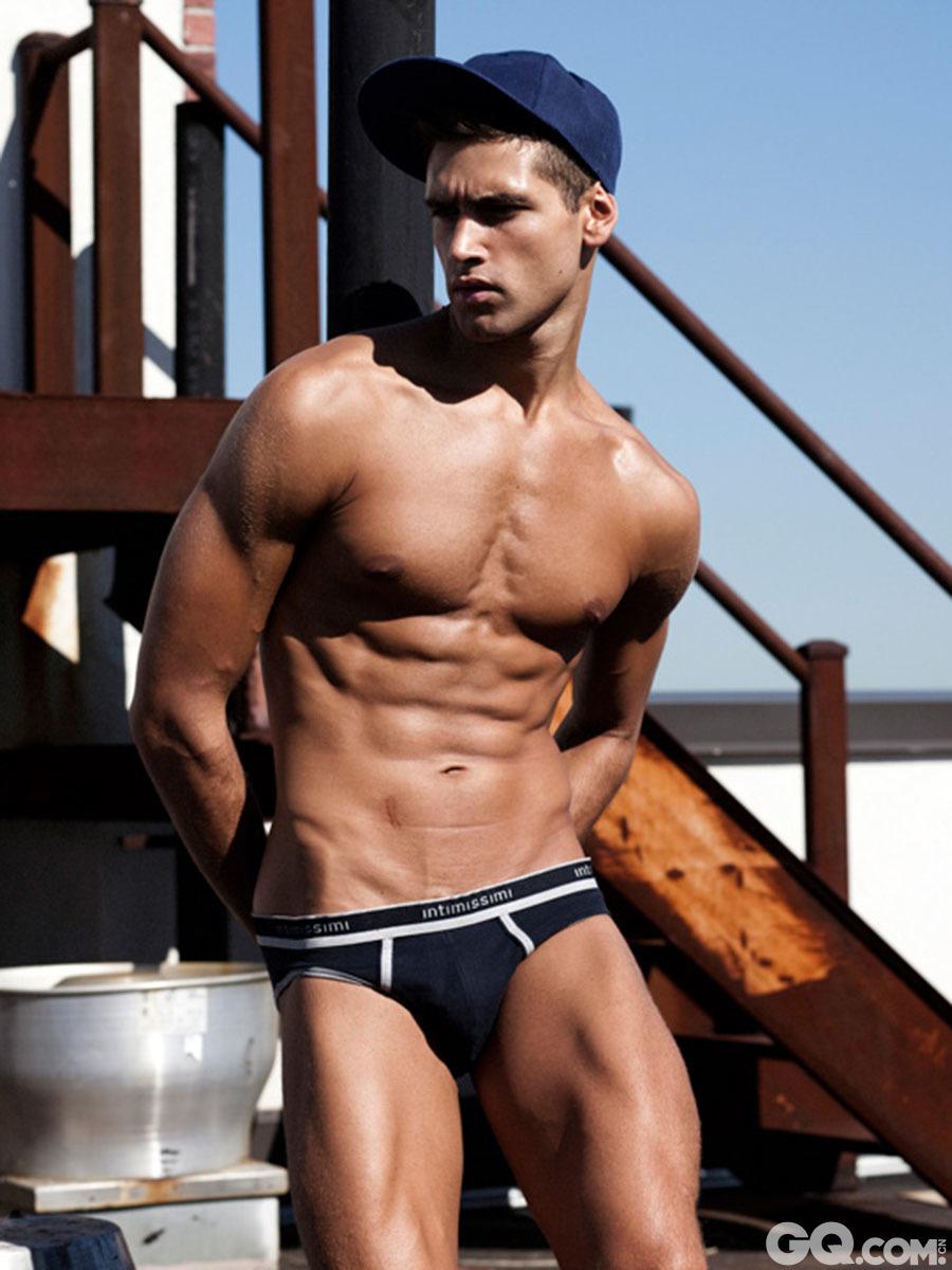 Fabio Mancini轮廓分明,五官精致,同时具备了成熟男性的魅力和大男孩独特的清新味道。