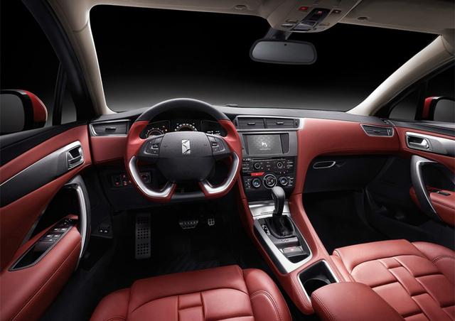 DS4S车身比例堪称完美,2715毫米的轴距保证了充足的车内空间,要比现款奔驰A级、宝马1系和奥迪A3 Sportback更宽敞。同时,新车的车门与车身缝隙仅为3.5mm,领先行业标准(行业标准为4mm)。