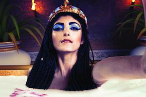 假如历史名人也自拍 埃及艳后秀沐浴自拍照