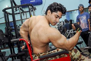 轮椅上练成的肌肉型男