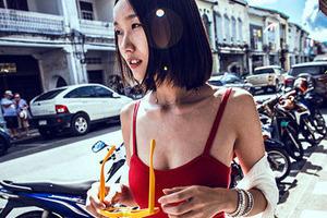 阳光下 街边的美女