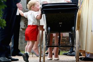 英国夏洛特小公主受洗 乔治王子显兄长范儿
