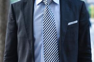 这么热的天,为什么他们还在打领带?