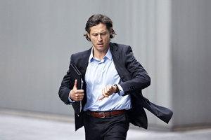 在时装周捕获男人手腕上的腕表
