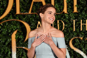 艾玛-沃特森亮相《美女与野兽》伦敦首映礼 一字肩拖尾礼服仙气十足