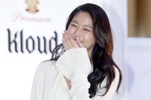 AOA金雪炫出席粉丝见面会 白衬衫搭皮质短靴甜美时尚