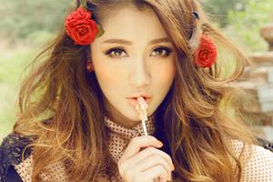 手捧玫瑰的甜美少女