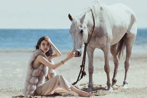 在沙灘上游玩的女人與馬