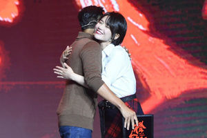 陈伟霆蓄胡子出席《橙红年代》开机发布会 与马思纯首次合作送拥抱